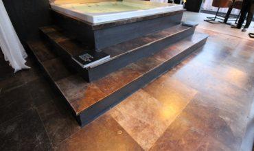 Perfecte vloer voor in uw badkamer is een lederen vloer van Alphenberg Leather dit mooie product verkopen wij namens Vloerenhuis Amsterdam