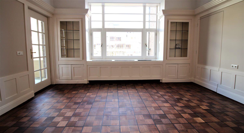 Geweldig resultaat in de woonkamer , rechts te zien een verzonken deur en alle klassieke details zijn goed zichtbaar