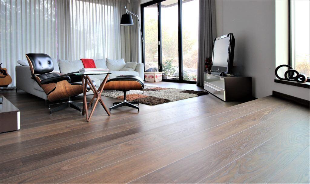 Op het Rieteiland in Amsterdam staat deze prachtige villa gelegen aan het IJ. De moderne inrichting en deze geweldige kerngerookt vloer de perfecte combinatie voor dit huis. Deze eiken vloer is donker door het roken en daarna wit geolied, dat geldt ook voor de plinten.
