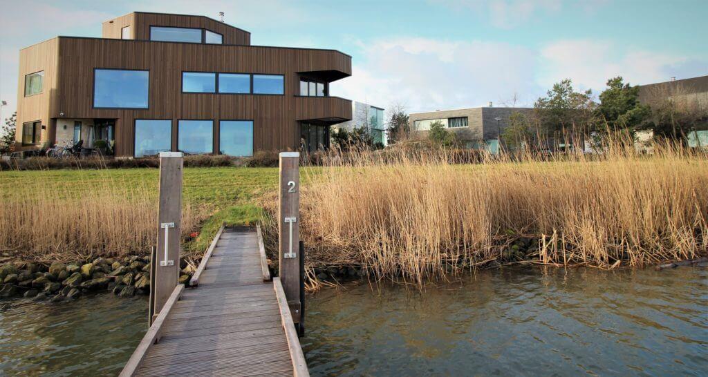 Dit is het vooraanzicht van de prachtige villa op het Rieteiland in Amsterdam. Gelegd met parket en vloerverwarming.