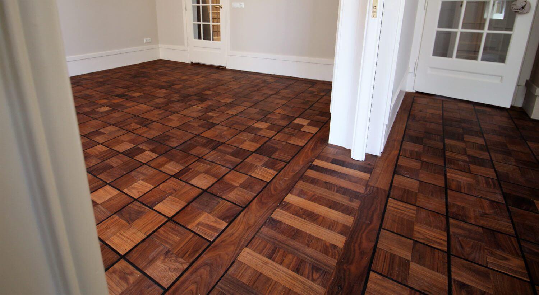 Teak houten vloer met ebben bies met een mooie overgang tussen 2 ruimtes bij de schuifpui