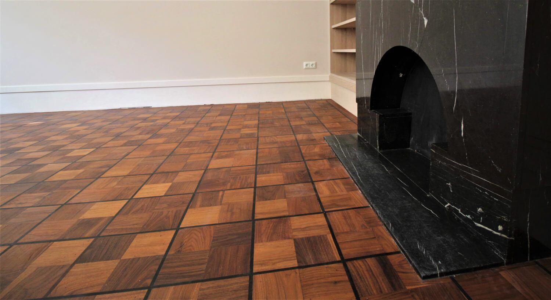Teak houten vloer met een ebben bies. karakteristiek parketvloer te vinden bij Vloerenhuis Amsterdam