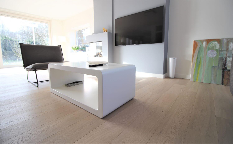 Eiken houten vloer die mat gelakt is in een woonkamer in Amstelveen