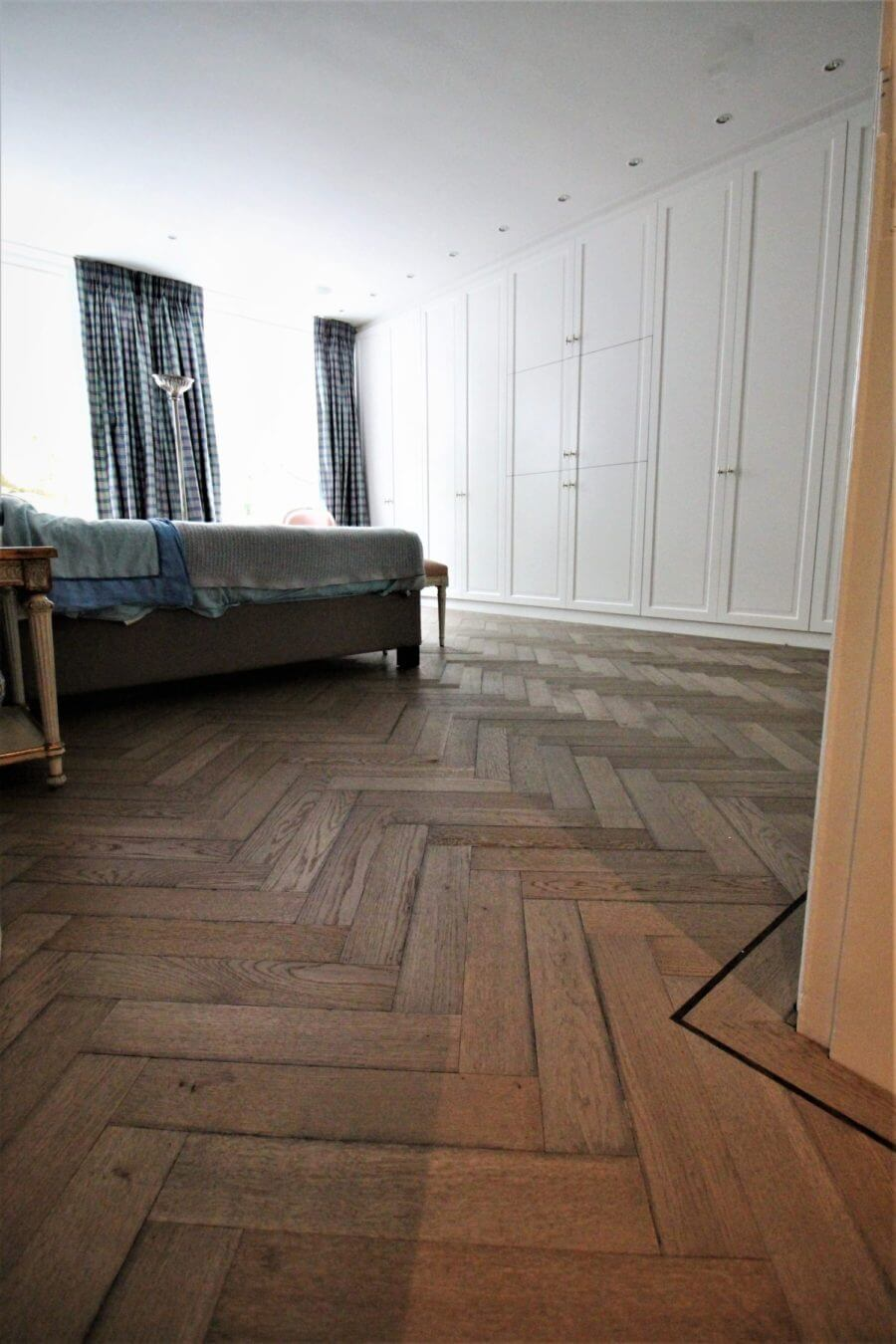 Grijze visgraat parket vloer in de kleur Leisteen van Grigio.
