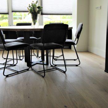 Houten vloer combineren met zwart staal? Zoals te zien is dat prachtig. Een parketvloer nodig? Deze vloer ligt in Putten en is te verkrijgen bij Vloerenhuis Amsterdam.