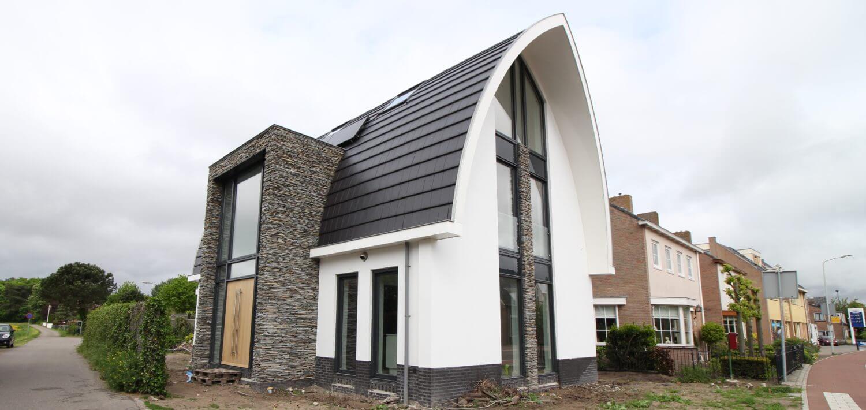In Castricum staat een huis, en wat voor één? Een voorzien van enorm veel natuurlijke producten zoals natuursteen en eiken houten vloeren.