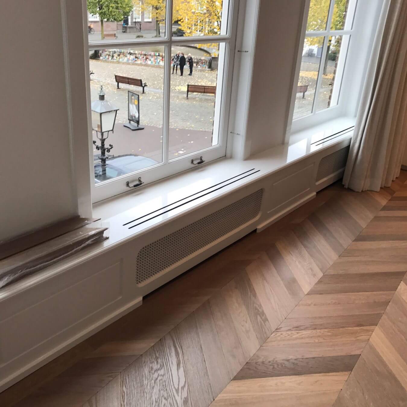 Verouderde hongaarse punt in het centrum van Harderwijk, gelegd en geleverd door Vloerenhuis Amsterdam. Bezoek onze showroom.