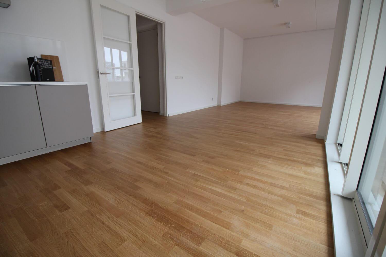 In een nieuwbouw appartement op de Zuidas in Amsterdam ligt een prachtige eiken parketvloer van Bauwerk in Amsterdam.