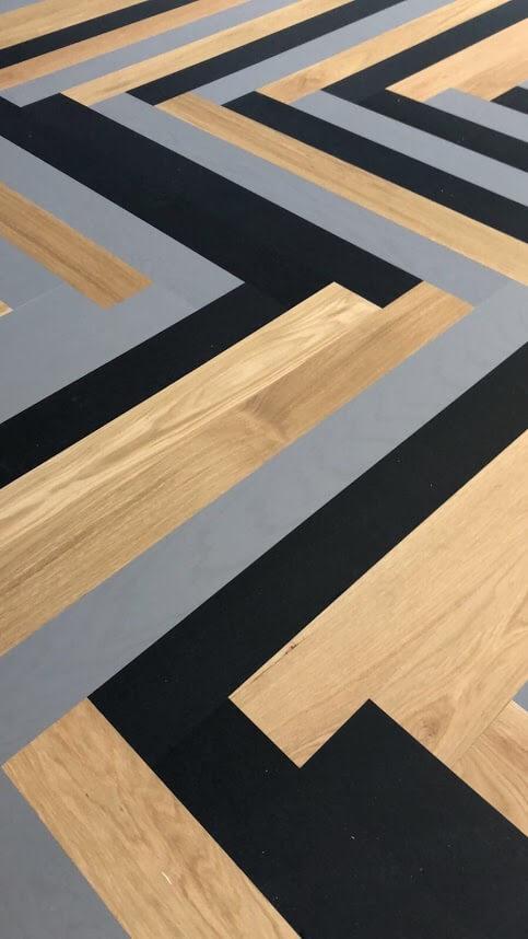 Bauwerk visgraat parketvloer in de kleuren grijs zwart en naturel Eiken visgraat parket.
