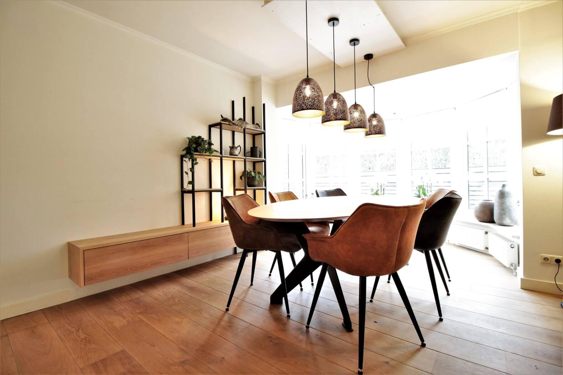 Een massief houten planken vloer, moderne meubels met een kleine landelijke uitstraling. Prachtige parketvloer in Amsterdam.