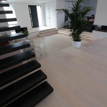 Bauwerk plankenvloer in een modern huis, lichte kleur planken parketvloer op vloerverwarming.