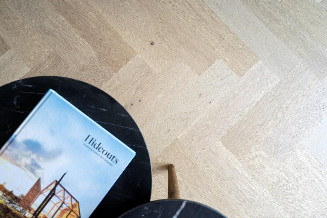 Marmeren tafels van By Boo en een visgraatvloer van Vloerenhuis Amsterdam