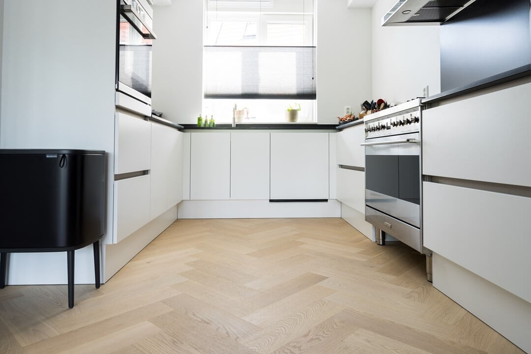 Moderne licht eiken visgraatvloer in de keuken