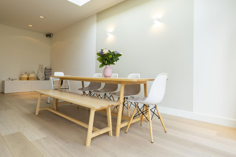 Wat een design! Hout op hout, een parketvloer met tafel, stoelen en een bankje van hout. Mix & match