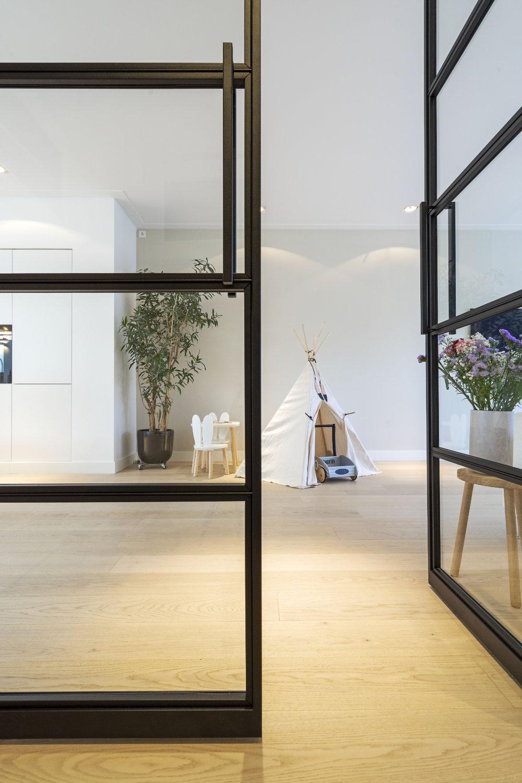 Stalen deuren en een licht eiken parketvloer