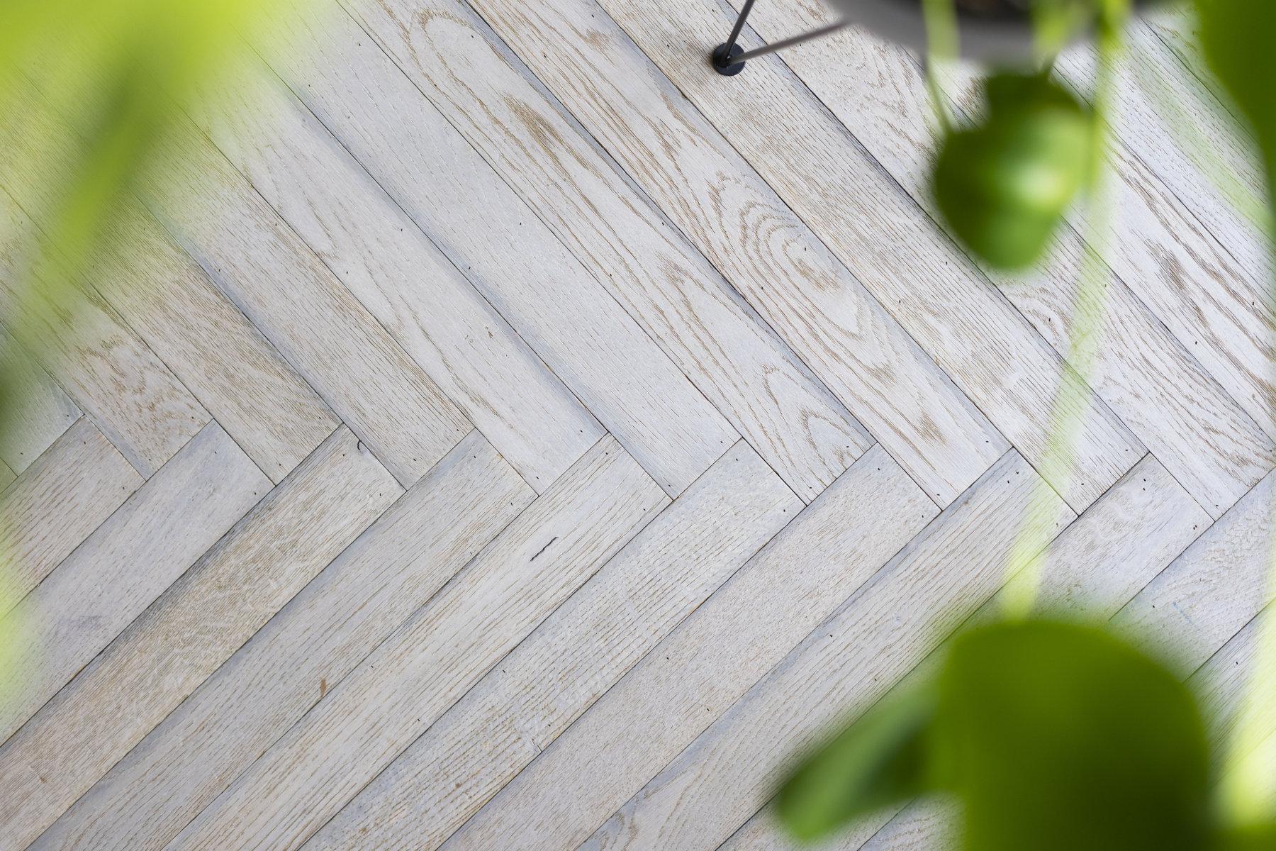 Gespijkerde en verlijmde visgraat vloer Tapis