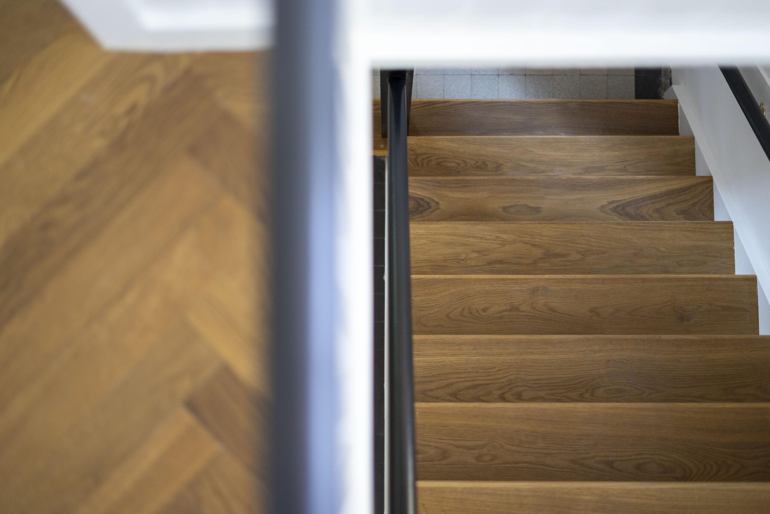 Trapbekleding van Eikenhout gelegd in dezelfde kleur als de vloer.