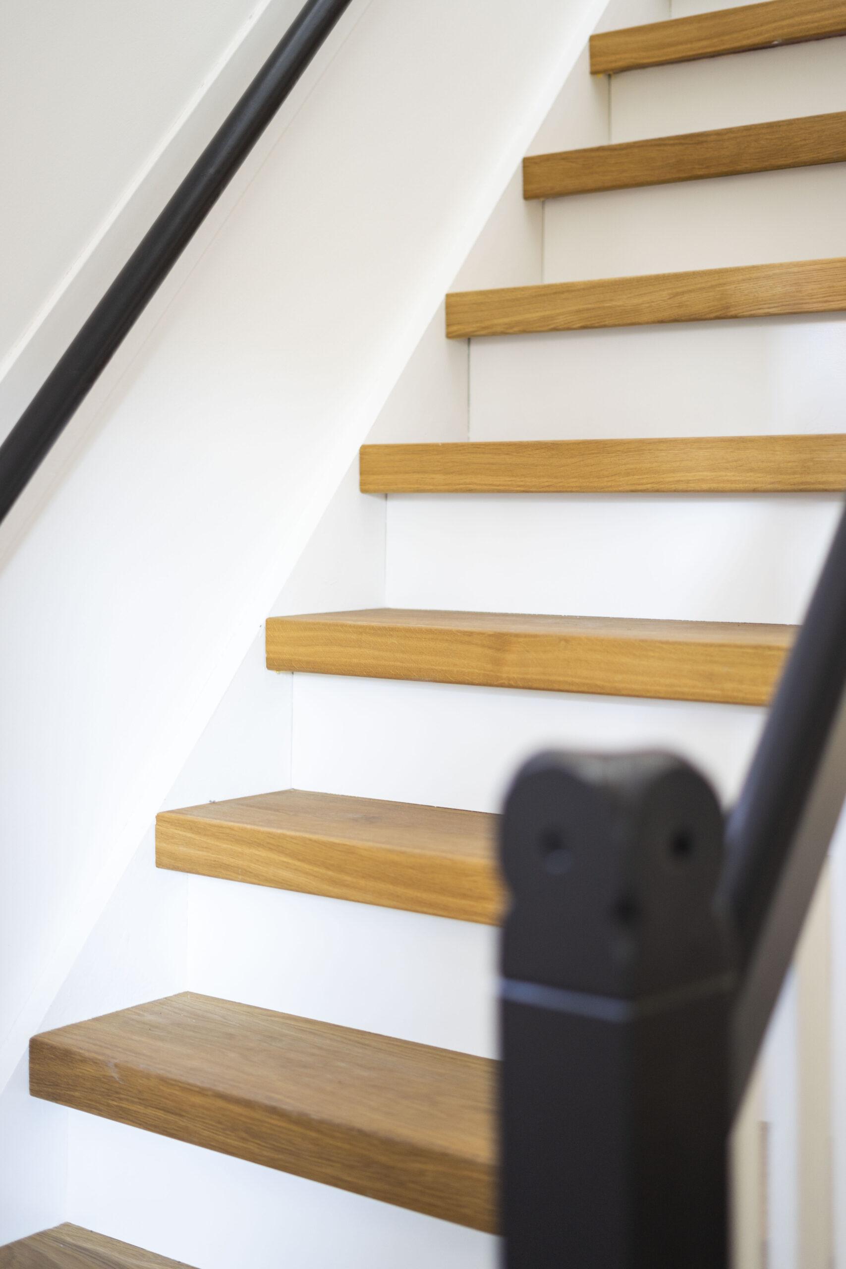 Met deze Eiken traptreden hebben wij deze trap bekleed met witte stootborden.