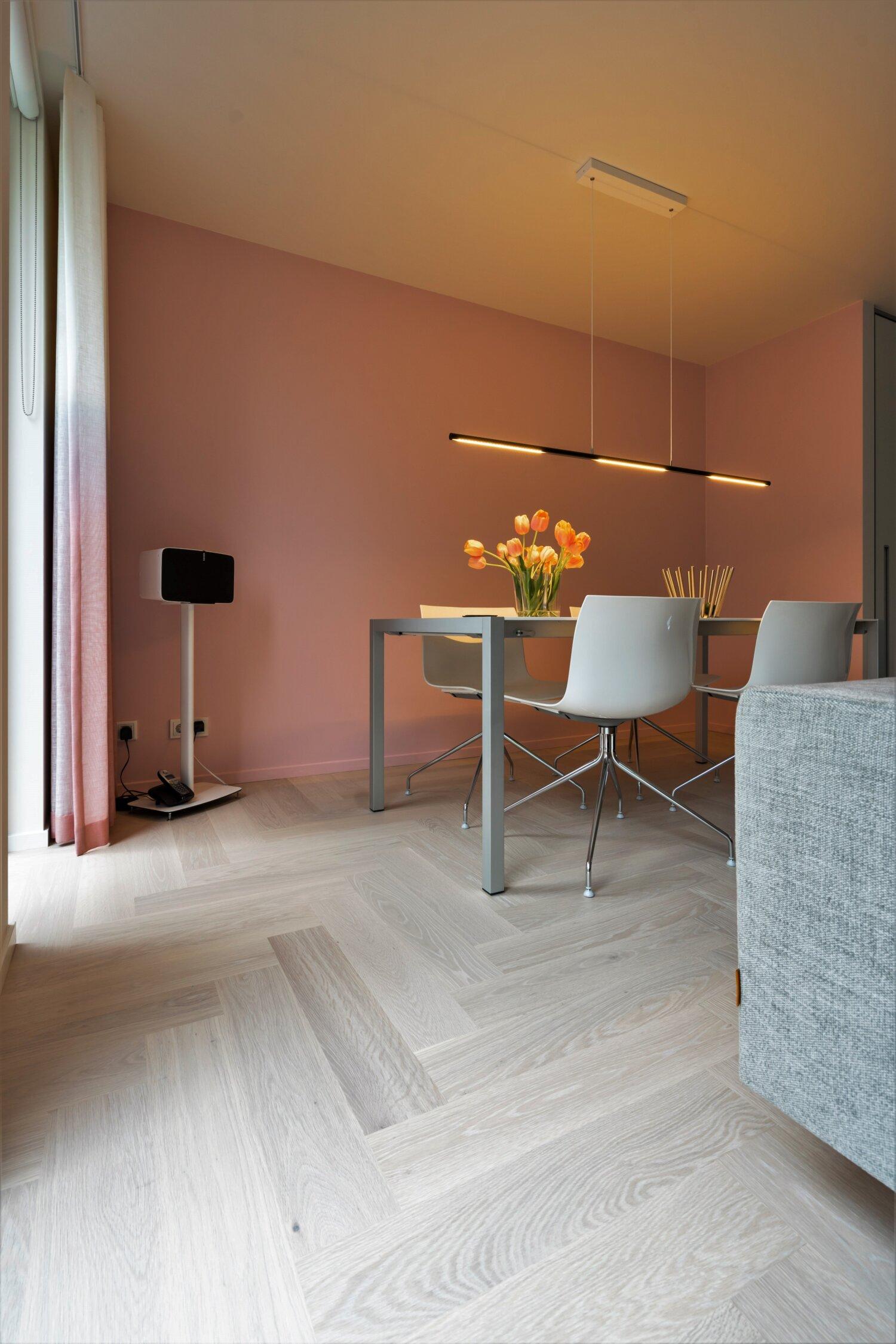 Bauwerk visgraat parketvloer diagonaal gelegd op vloerverwarming