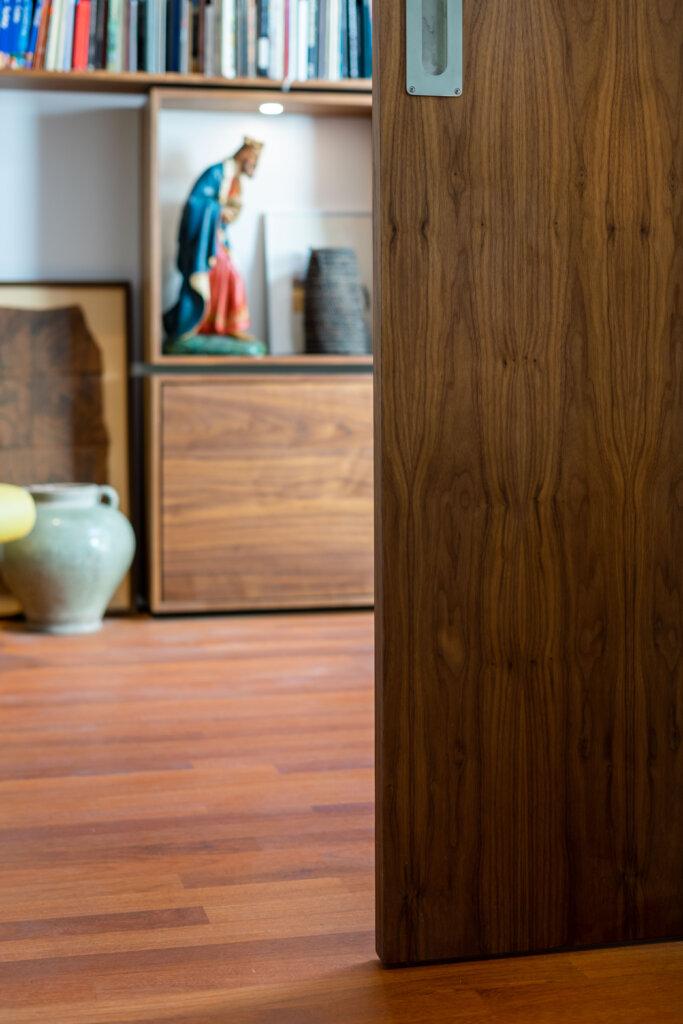 Noten fineer schuifdeur en een Afzelia Doussie parketvloer
