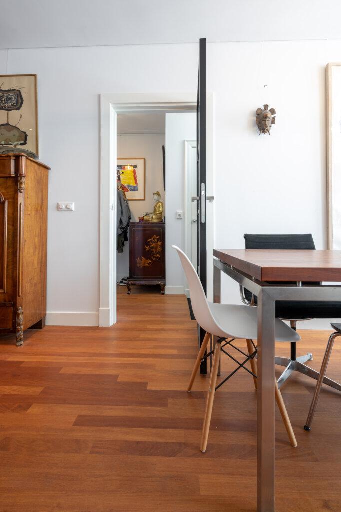 Moderne Designmeubels op een klassieke vloer.
